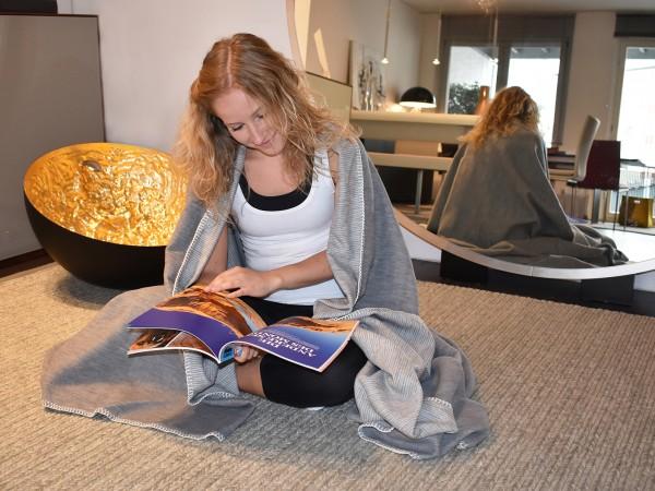 Regemerationskolter grau mit Modell vor dem Spiegel