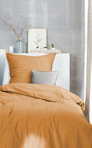 Bettwaeschegarnitur Stone washed curry auf dem Bett