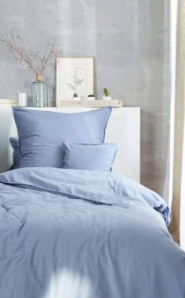 Bettwaeschegarnitur Stone washed denimblau auf dem Bett
