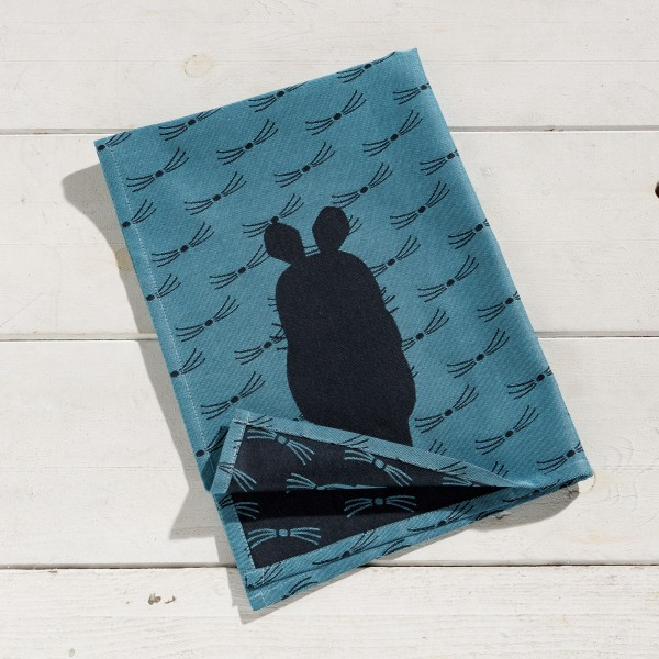 Geschirrtuch Nummer 11 mit der Maus blau gefaltet auf dem Tisch