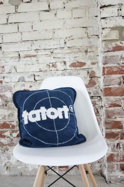 Das Tatort Kissen auf dem Stuhl