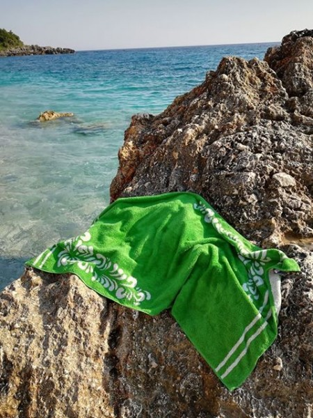 Strandtuch mit dem Bembelmuster auf Felsen