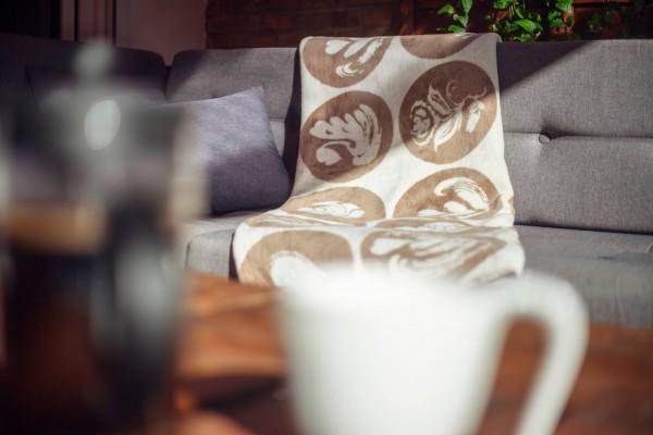 Kaffeekolter auf der Couch